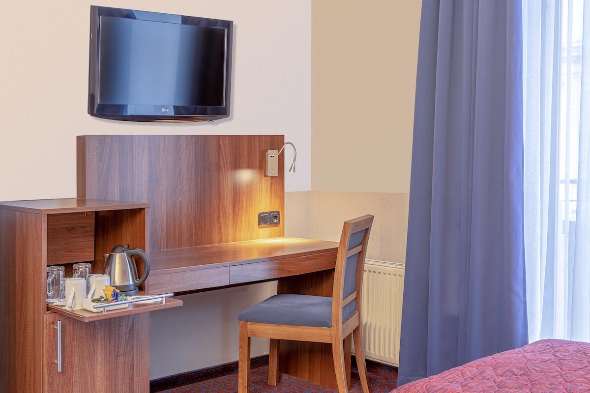Minibar und Schreibtisch - ALL-INN HOTEL FRANKFURT Doppel Zimmer