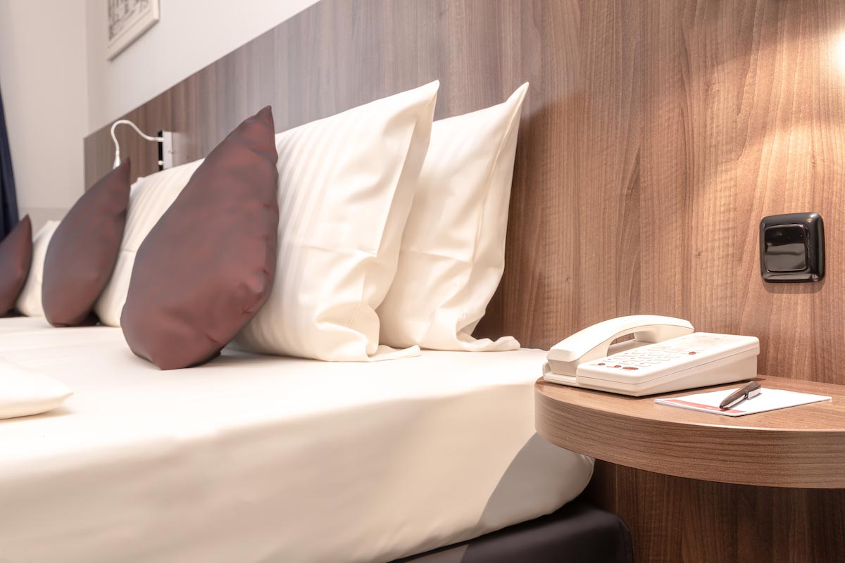 Bett und Tisch - ALL-INN HOTEL FRANKFURT dreier Zimmer