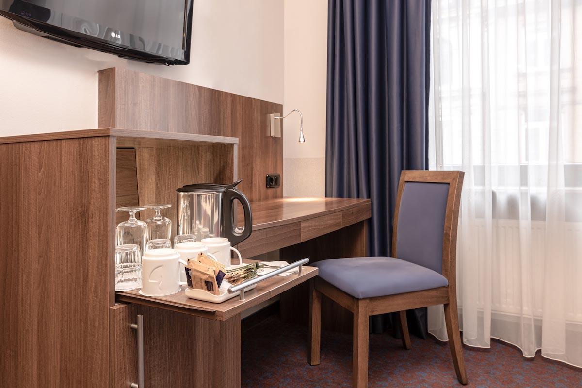Minibar und Schreibtisch - ALL-INN HOTEL FRANKFURT dreier Zimmer